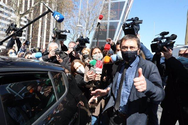 El cofundador de Podemos Juan Carlos Monedero saluda a su salida de los Juzgados de Plaza de Castilla tras declarar como imputado por la presunta financiación irregular del partido 'morado' en el caso 'Neurona', en Madrid, (España), a 15 de marzo de 2021.