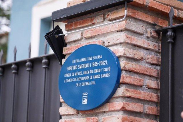 El Ayuntamiento De Málaga Informa: La Placa De Porfirio Smerdou En La Antigua Villa Maya, Primera Del Plan Málaga Hace Historia En Lugares Relevantes O Vinculados A Personajes Ilustres
