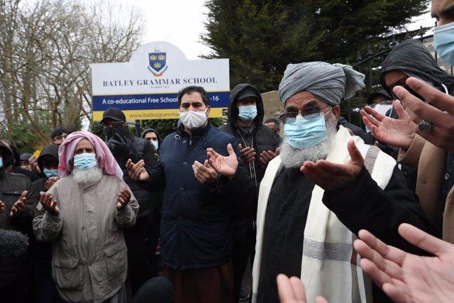 Protestas frente a un colegio de Reino Unido.