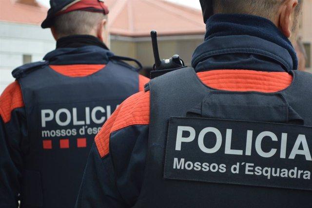Archivo - Arxiu - Dos agents dels Mossos d'Esquadra.