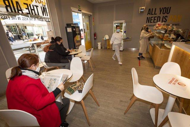 Comensales disfrutan en el interior de un establecimiento durante el primer día de la reapertura del interior de los bares y restaurantes en Pontevedra, Galicia (España), a 8 de marzo de 2021. Desde hoy la Xunta permite la apertura de las áreas sanitarias