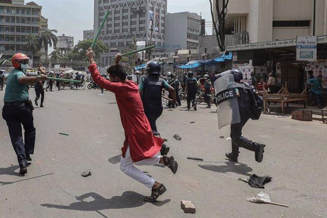 Manifestantes se enfrentan a la Policía durante la visita de Narendra Modi a Bangladesh.