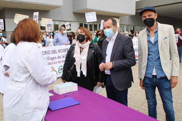PSOE en la concentración de apoyo a profesionales para la vuelta de la maternidad al CLínico de Málaga