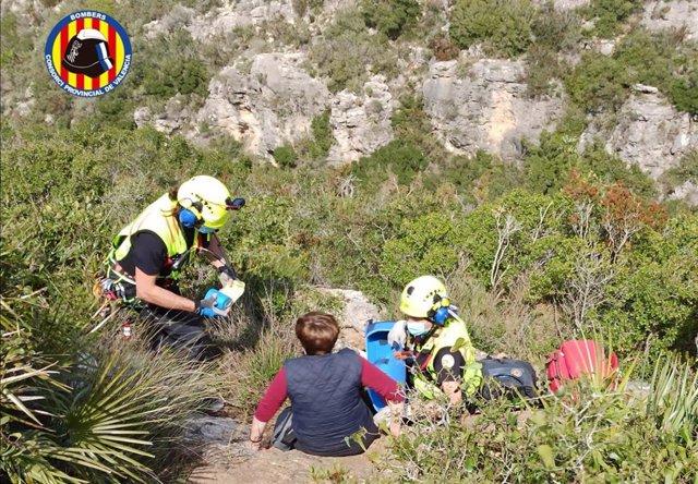 Bomberos rescatan a la senderista en una zona rural en Corbera