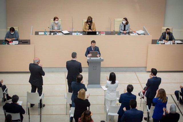 Els diputats d'ERC aplaudeixen drets Pere Aragonès (ERC) després del seu discurs en el debat d'investidura mentre els diptuados de Junts estan asseguts al Parlament.