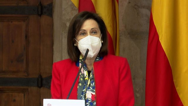 La ministra de Defensa, Margarita Robles, atiende a los medios en el Palau de la Generalitat