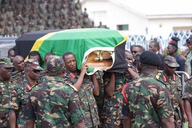 Féretro con los restos del presidente tanzano John Magufuli