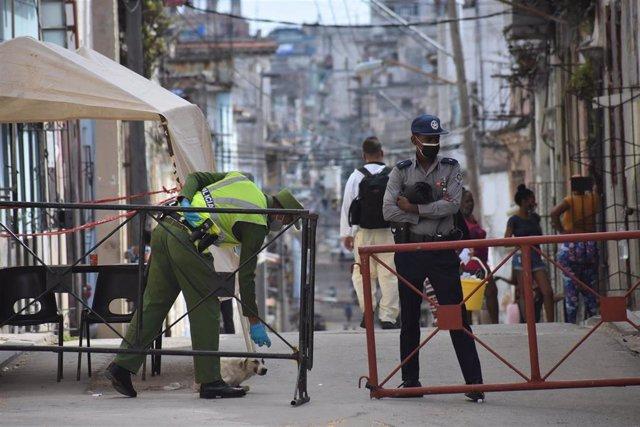 Archivo - Vigilancia policial en La Habana