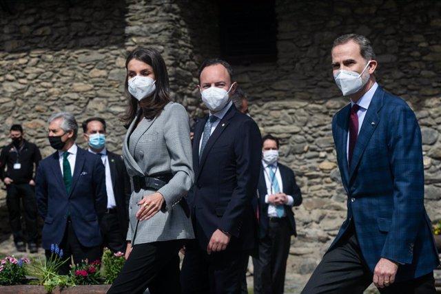 (I-D) La Reina Letizia  El Cap de Govern, Xavier Espot, y el Rey Felipe VI durante su llegada  aun almuerzo oficial, en Andorra la Vella (Andorra), a 26 de marzo de 2021. Los Reyes retomaron ayer su agenda internacional tras más de un año sin viajar al ex