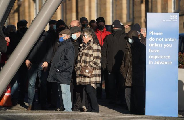 Archivo - 12 January 2021, England, Newcastle: People queue outside the UK National Health Service (NHS) vaccine centre to receive their injection of a coronavirus (COVID-19) vaccine at the Centre for Life. Photo: Owen Humphreys/PA Wire/dpa