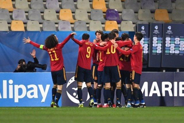 Los jugadores de la selección Sub-21 celebran uno de sus goles en el partido ante Eslovenia del Europeo de 2021