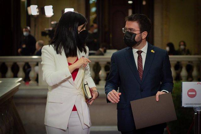 La secretària general adjunta i portaveu d'ERC, Marta Vilalta, al costat del candidat a la Presidència de la Generalitat, Pere Aragonès, en el ple d'investidura.
