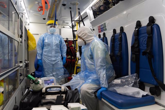 24 March 2021, Chile, Santiago: Health workers prepare to transfer a COVID-19 patient from one hospital to another as the capacity in the medical clinics and Hospitals are reaching their maximum during the second wave of coronavirus infections across the
