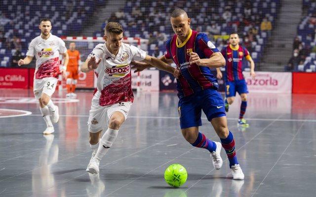 Ferrao intenta lanzar a portería en ElPozo-Barça de Copa