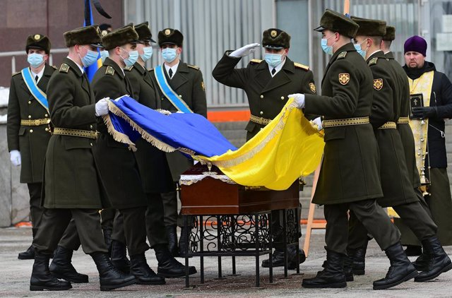 Archivo - 14 January 2021, Ukraine, Zaporizhzhia: People pay their respects to perished soldier Oleh Andriienko during his funeral ceremony outside the Zaporizhzhia Regional State Administration. The 37-year-old serviceman was shot dead by a sniper near t