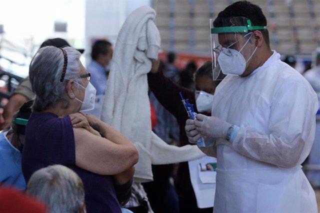 Adultos mayores esperando ser vacunados en Ciudad de México
