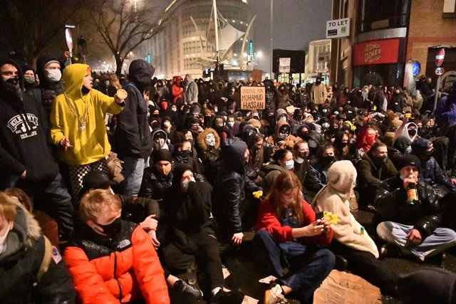 26 March 2021, United Kingdom, Bristol: Protesters sit in front of a police line near to Bridewell Police station during a 'Kill the Bill' protest against the Government's controversial Police and Crime Bill. Photo: Ben Birchall/PA Wire/dpa