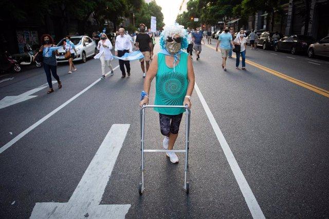 Una mujer participante en las protestas en Buenos Aires por la polémica de vacunación.