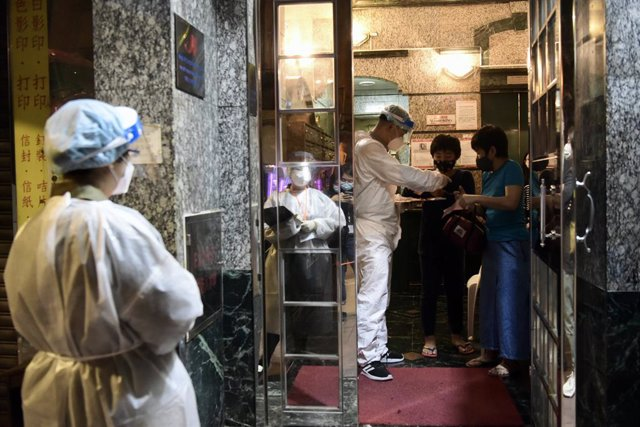 15 March 2021, China, Hong Kong: Health workers conduct a coronavirus testing campaign for the residents of the 4 buildings, which are blocked due to the spread of the pandemic. Photo: -/TPG via ZUMA Press/dpa