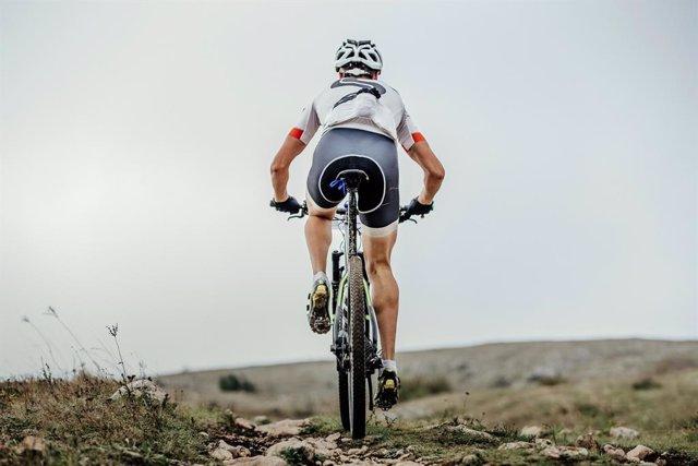 Archivo - Ciclista de montaña.