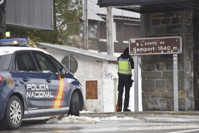 Archivo - Un agente hace guardia en el puesto fronterizo de Somport (Huesca) entre España y Francia tras el cierre de fronteras acordado por el Gobierno, en Huesca / Aragón (España), a 17 de marzo de 2020.