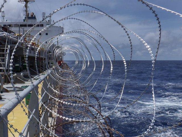 Barco con concertina para protegerse de los piratas africanos