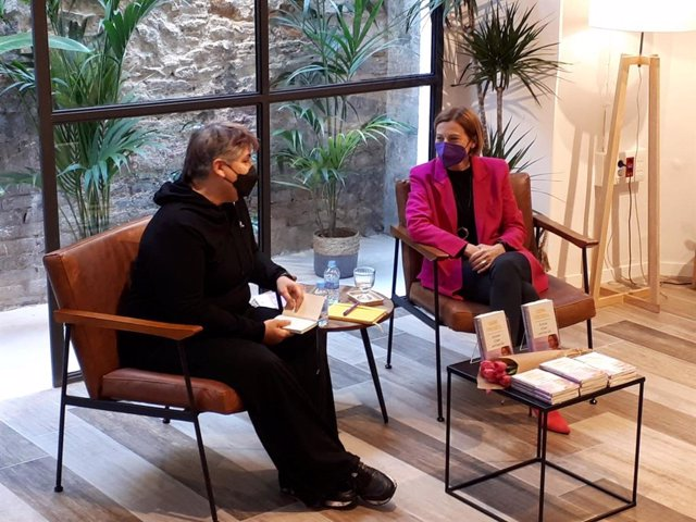 L'expresidenta del Parlament Carme Forcadell en la presentació del seu llibre 'Escrivim el futur amb tinta lila' --Escriguem el futur amb tinta lila-- en una llibreria de Barcelona.