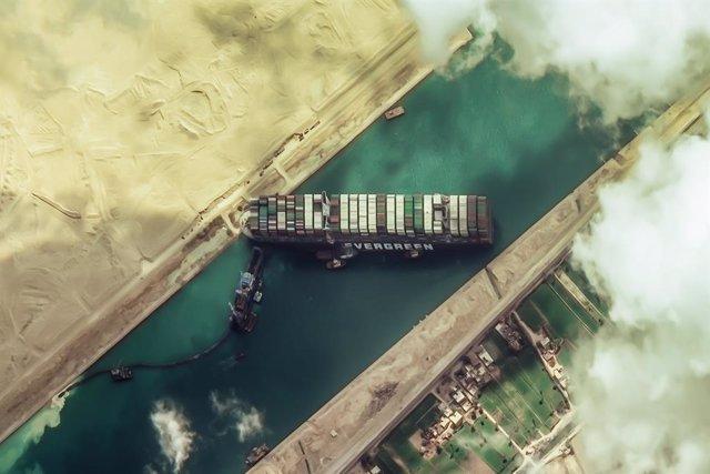 Una imagen de satélite del buque 'Ever Given', atravesado en el Canal de Suez