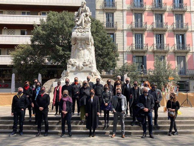 Membres de l'Associació d'Actors i Directors Professionals de Catalunya (AADPC) al costat de la consellera de Cultura, Àngels Ponsa, en el Dia Mundial del Teatre
