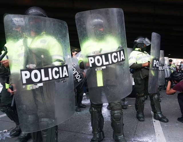 Archivo - 21 November 2020, Colombia, Bogota: Police officers stand guard during a march against the social and economic policies of Colombian President Ivan Duque. Photo: Daniel Garzon Herazo/ZUMA Wire/dpa