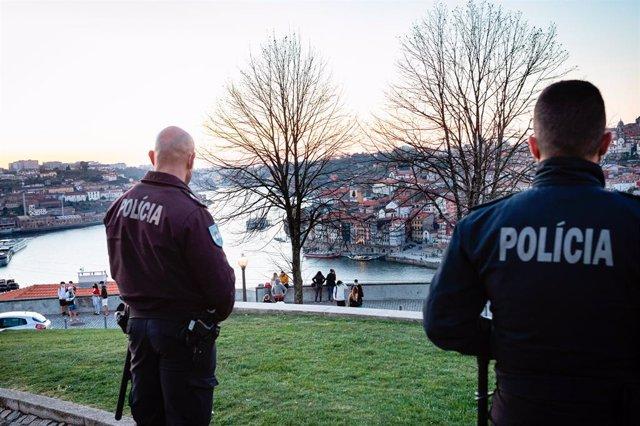 Vigilancia policial en Vila Nova de Gaia, Portugal