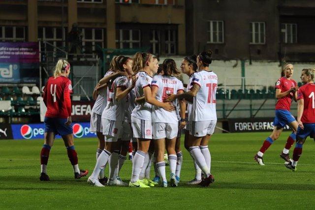Archivo - Las jugadoras de la selección española femenina celebran uno de sus goles ante la República Checa