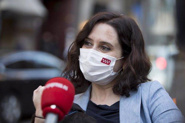 Isabel Díaz Ayuso abandona la terraza en la que ha comido, en Madrid (España), a 12 de marzo de 2021.