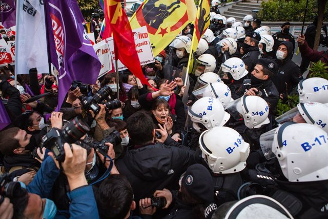 26 March 2021, Turkey, Istanbul: People skirmish with policemen during a demonstration against Turkey's withdrawal from Istanbul Convention on prevention of domestic violence. Photo: Osman Sadi Temizel/SOPA Images via ZUMA Wire/dpa