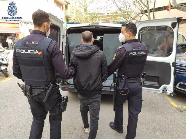 La Policía detiene al presunto autor de nueve robos con fuerza en domicilios y vehículos en Palma.