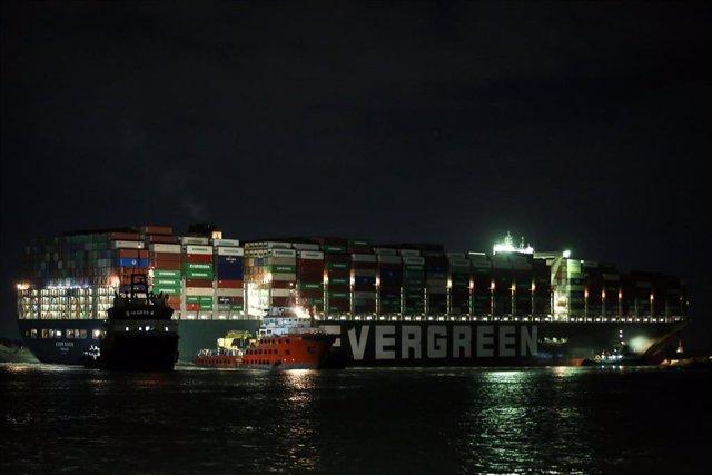 El buque 'Ever Given' en el canal de Suez