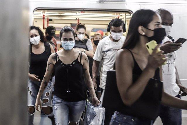 Pasajeros en el metro de Sao Paulo con mascarilla