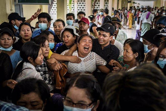 En Yangun (Birmania) lloran la muerte de familiares desde el golpe de Estado perpetrado el 1 de febrero.