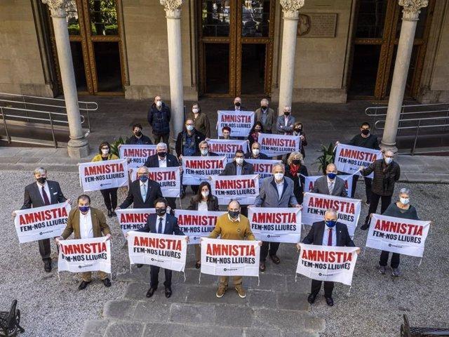 Rectors d'universitats públiques catalanes al costat del vicepresident d'Òmnium, Marcel Mauri, en una acció per reclamar l'amnistia per als presos de el 1-O