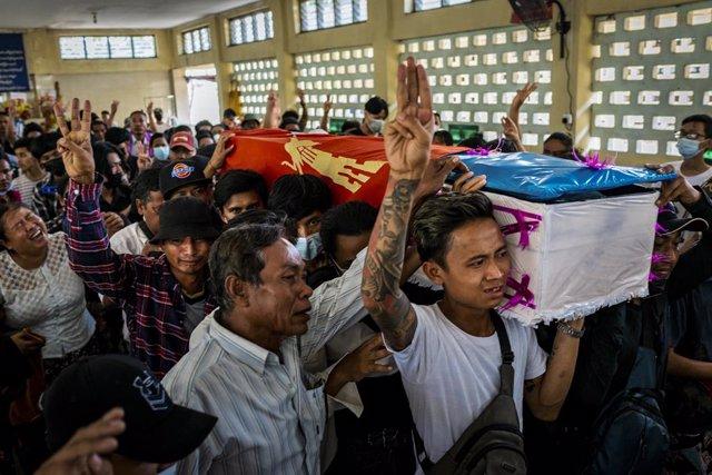 Un féretro de una víctima de la represión militar durante las protestas contra el golpe de Estado en Birmania
