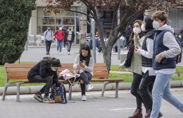 Varios estudiantes caminan en las inmediaciones de la Universidad de Valencia