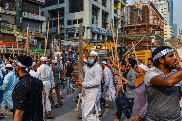 28 March 2021, Bangladesh, Dhaka: Activists from the Bangladeshi Islamist group 'Hefazat-e-Islam' block a road during a nationwide strike.  The Hefazat-e-Islam group, which campaigns for sharia, or strict Islamic law, had called for the strike to condemn