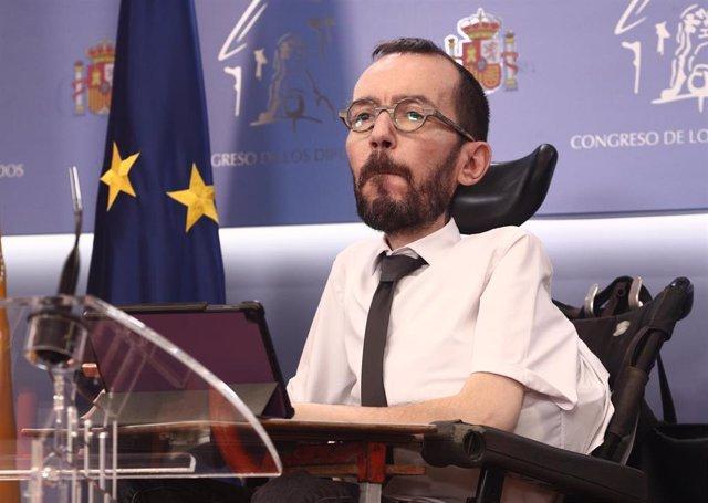 El portavoz de Unidas Podemos en el Congreso, Pablo Echenique, interviene durante una rueda de prensa anterior a una Junta de Portavoces convocada en el Congreso de los Diputados, en Madrid, (España), a 23 de marzo de 2021.