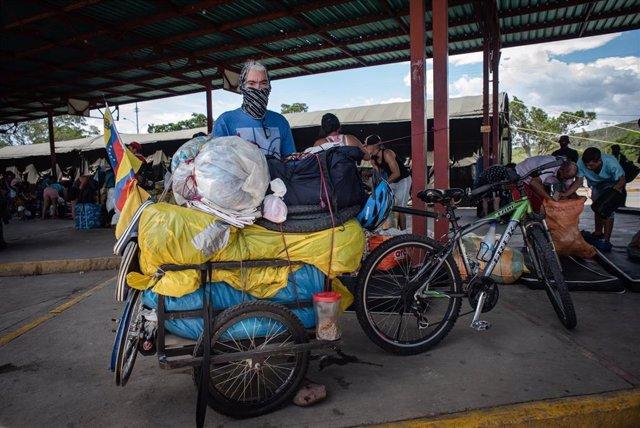 Archivo - Un migrante venezolano retornado a su país