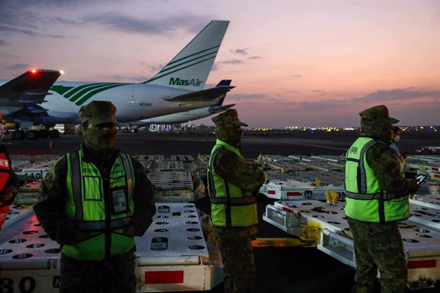 18 March 2021, Mexico, Mexico City: Workers unload the fourth shipment of the coronavirus (Covid-19) vaccine, produced by the pharmaceutical company Sinovac Life, at Mexico City International Airport. Photo: -/El Universal via ZUMA Wire/dpa