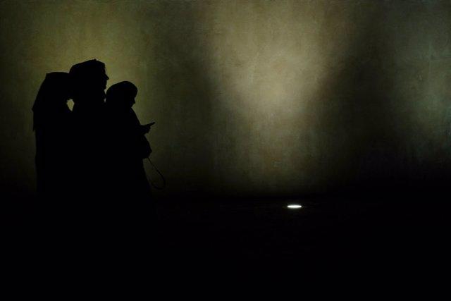Archivo - Siluetas de tres mujeres en Qatar