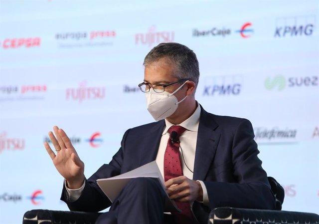 El gobernador del Banco de España, Pablo Hernández de Cos, saluda durante un Desayuno Informativo de Europa Press celebrado en el Auditorio El Beatriz Madrid, en Madrid, (España), a 29 de marzo de 2021.