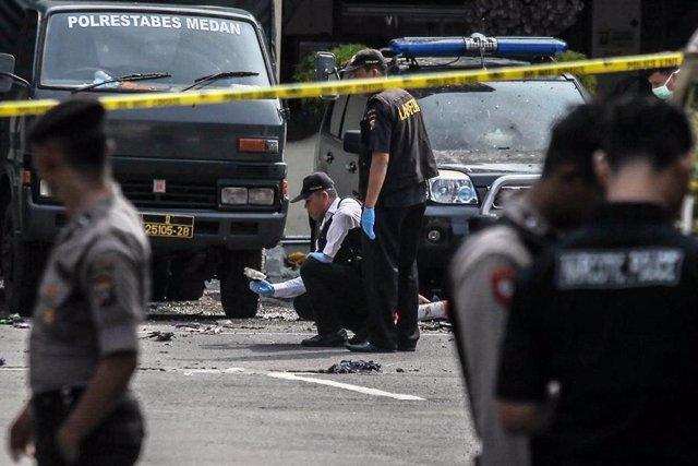 Archivo - La Policía de Indonesia se desplaza al escenario de un atentado.
