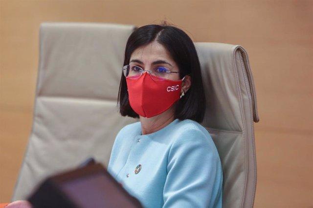 La ministra de Sanidad, Carolina Darias, mira a la cámara durante la Comisión de Sanidad del Congreso, en Madrid (España), a 25 de marzo de 2021. Darias comparece este jueves en la Cámara Baja después de que este miércoles se retomara la vacunación contra