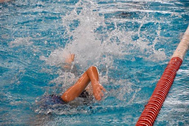 Archivo - Curso de natación en una piscina municipal.